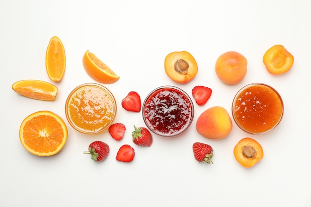 Zusammensetzung mit marmelade und zutaten auf weißer draufsicht