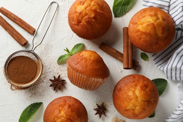 Zusammensetzung mit muffins und zimt auf weißem hintergrund