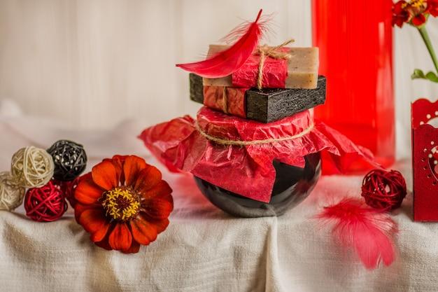 Zusammensetzung mit plastikflaschen der körperpflege. rote kosmetik mit rosenöl. rotes spa-set.