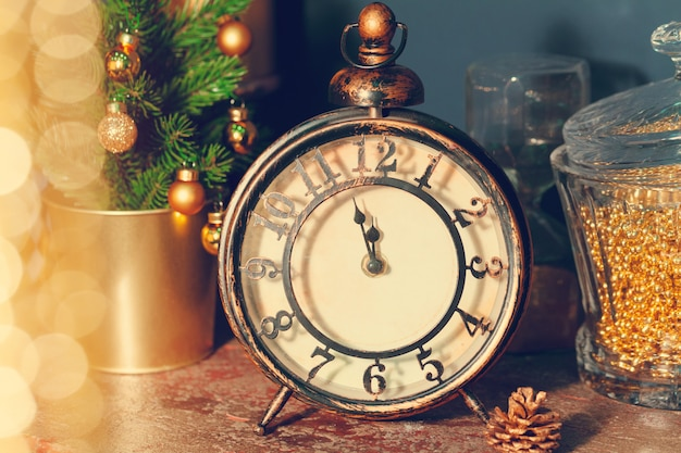 Zusammensetzung mit retro- wecker und weihnachtsdekoration