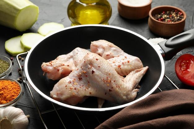 Zusammensetzung mit rohem hühnerfleisch und zutaten.