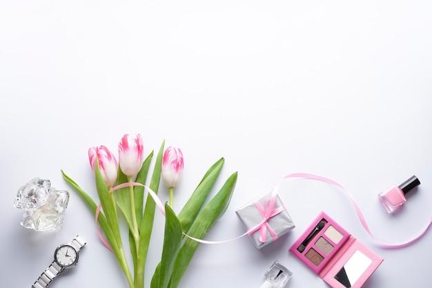 Zusammensetzung mit rosa tulpen auf einem weißen hintergrund mit kopienraum. draufsicht, flach liegen