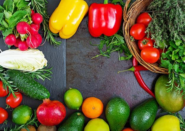 Zusammensetzung mit sortiertem rohem organischem gemüse und früchten. detox-diät. draufsicht