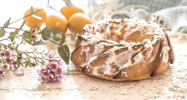 Zusammensetzung mit süßem osterkuchen und eiern