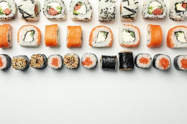 Zusammensetzung mit sushi-rollen auf weißer oberfläche. japanisches essen