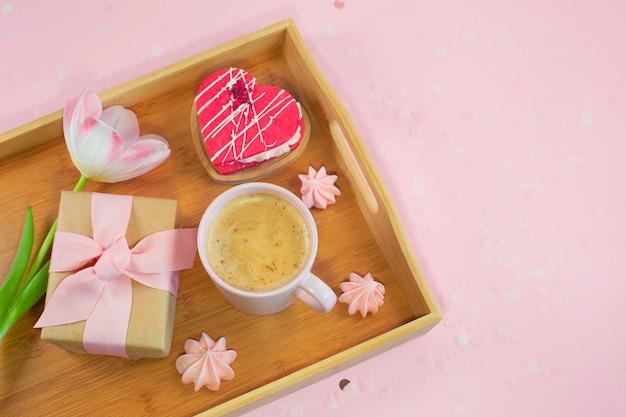 Zusammensetzung mit tablett mit leckerem frühstück zum valentinstag.