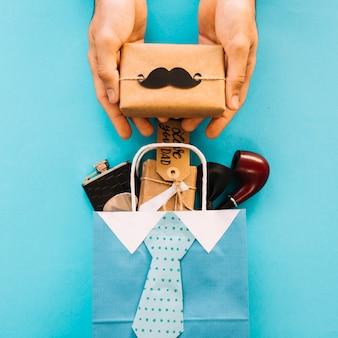 Zusammensetzung mit tasche und geschenken für vatertag