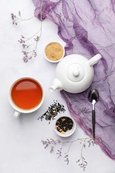 Zusammensetzung mit teekanne und tasse tee auf heller oberfläche