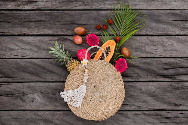 Zusammensetzung mit tropischen früchten im strohsack