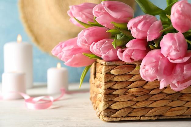 Zusammensetzung mit tulpen im weidenkorb, nahaufnahme