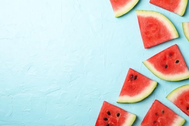 Zusammensetzung mit wassermelonenscheiben auf blauem raum, draufsicht