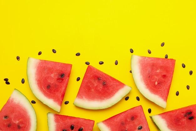 Zusammensetzung mit wassermelonenscheiben auf gelber draufsicht
