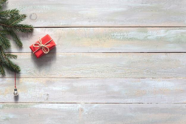 Zusammensetzung mit weihnachtsdekorationen auf hölzernem hintergrund