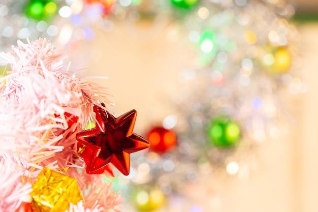 Zusammensetzung mit weihnachtsdekorations-tannenbaum auf weißem hintergrund