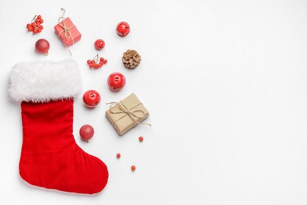 Zusammensetzung mit weihnachtssocke auf weißer draufsicht.