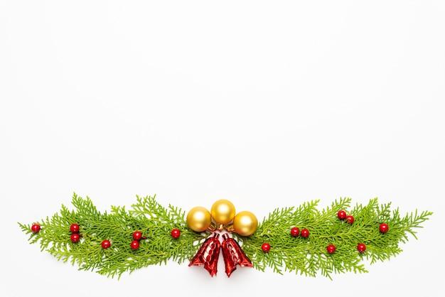 Zusammensetzung und dekoration des weihnachten und des neuen jahres auf weißem hintergrund.