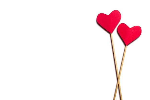 Zusammensetzung valentinstag. herz auf einem stock auf einem weißen hintergrund. banner. flache lage, draufsicht.
