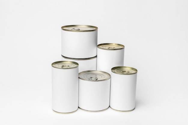 Zusammensetzung verschiedener blechdosen mit weißen etiketten