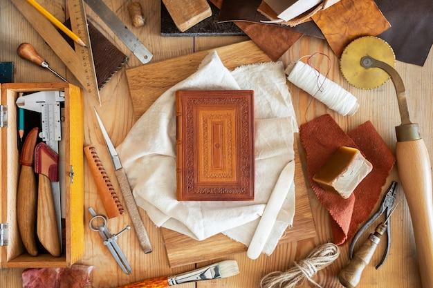 Zusammensetzung verschiedener handelsinstrumente für das handwerk des buchbindens und prägens von hand