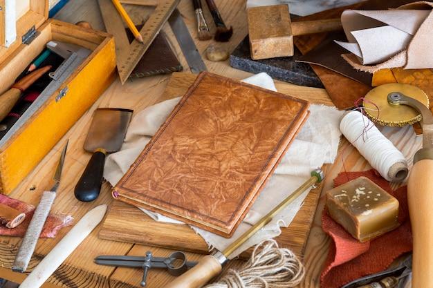 Zusammensetzung verschiedener werkzeuge für das handwerk des handbindungsbuches