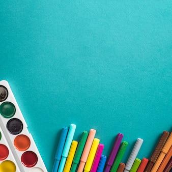 Zusammensetzung von aquarell und filzstiften zum zeichnen