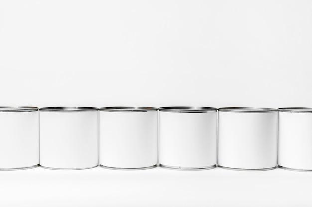 Zusammensetzung von blechdosen mit weißen etiketten