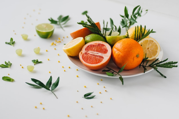 Zusammensetzung von blumen und verschiedenen tropischen früchten.