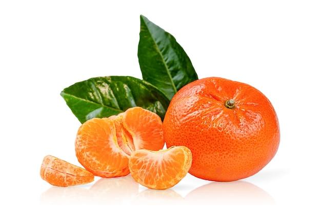 Zusammensetzung von clementinen oder mandarinen mit grünen blättern, die mit einem beschneidungspfad isoliert wurden