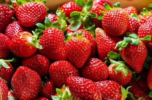 Zusammensetzung von erdbeeren in einer box. hintergrund von erdbeeren