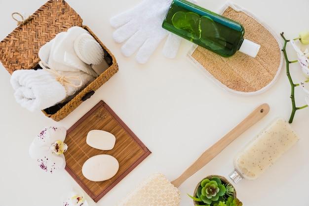 Zusammensetzung von hygieneartikeln auf weißem hintergrund