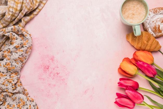 Zusammensetzung von kaffeepause und tulpen