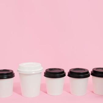 Zusammensetzung von kaffeetassen für individualitätskonzept
