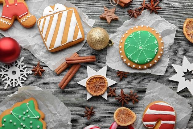 Zusammensetzung von keksen und weihnachtsdekoration auf holztisch