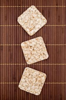 Zusammensetzung von knusprigen roggenknusprigen broten des quadrats drei