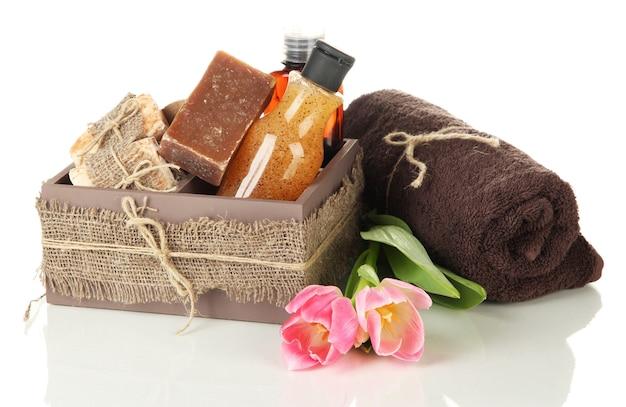 Zusammensetzung von kosmetikflaschen und seife in kiste, isoliert auf weiß