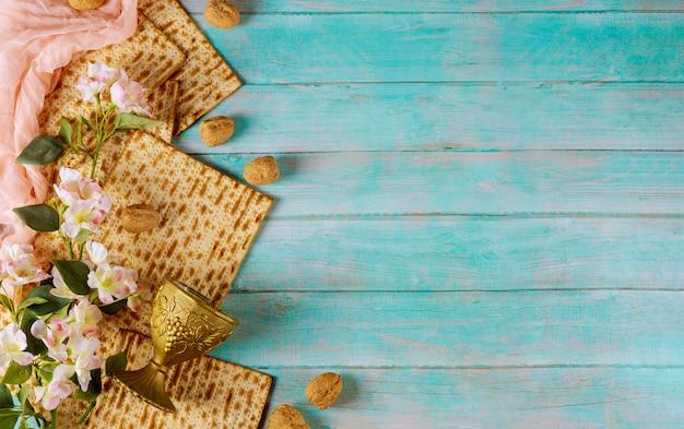 Zusammensetzung von matzebrot, kiddusch und blumen. jüdisches passahfestkonzept.
