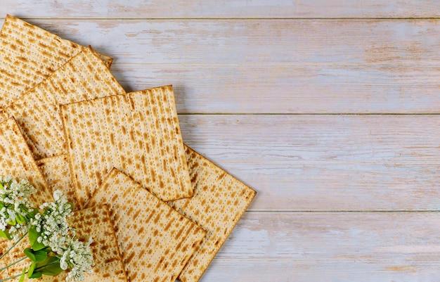 Zusammensetzung von matzebrot mit blumen. jüdisches passahfestkonzept.