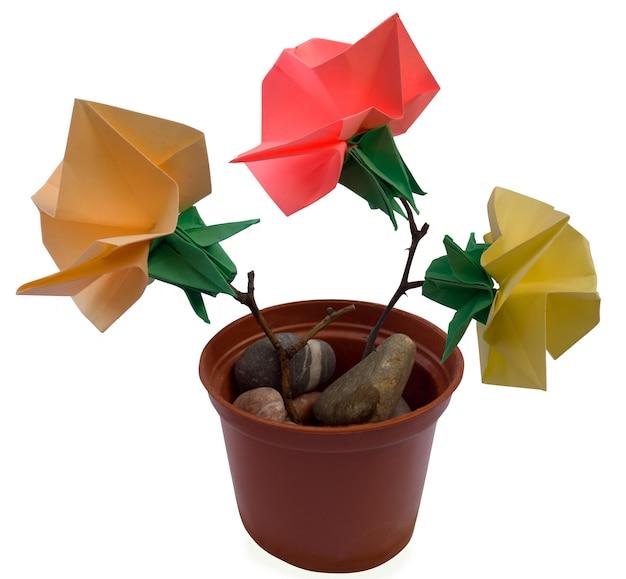 Zusammensetzung von origami-blumenfiguren (isoliert auf weiß)