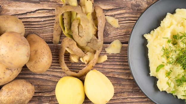 Zusammensetzung von rohen kartoffeln neben pürierten