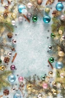 Zusammensetzung von weihnachtsbällen und von fichtenzweigrahmen