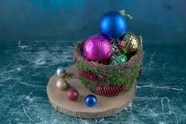 Zusammensetzung von weihnachtskugeln auf blau.