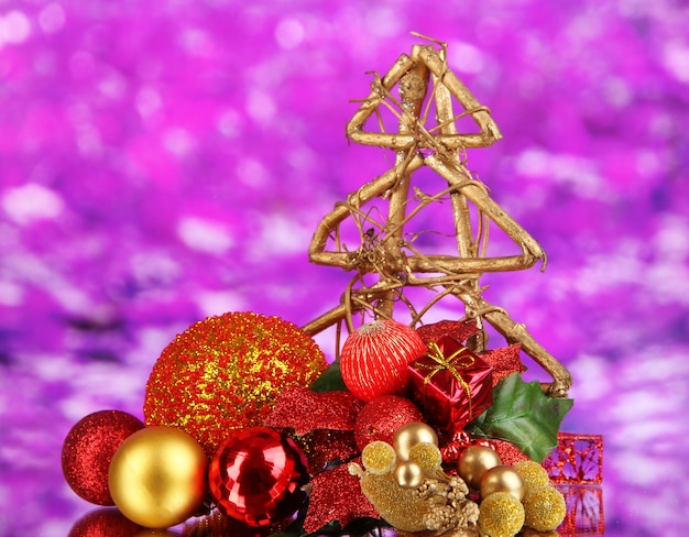 Zusammensetzung von weihnachtskugeln auf lila hintergrund