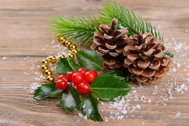 Zusammensetzung von weihnachtsschmuck auf holzuntergrund