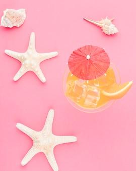 Zusammensetzung von weißen starfish und von muscheln des cocktails