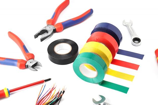 Zusammensetzung von werkzeugen für die elektrikerreparatur und seinen schutz und sicherheit auf einem weißen isolathintergrund.