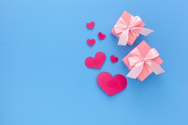 Zusammensetzung von zwei geschenkboxen mit band und herzen