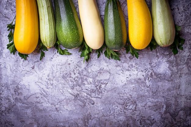 Zusammenstellung der rohen frischen zucchini