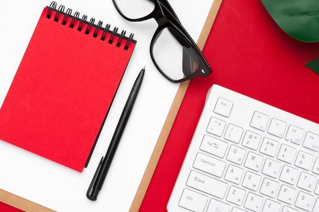 Zusammenstellung des büroartikels und des technologiezubehörs, moderner arbeitstisch, draufsicht
