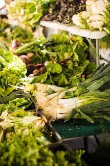 Zusammenstellung des frischen organischen grünen gemüses für verkauf im lokalen markt
