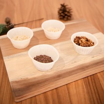 Zusammenstellung des kuchens bestandteile verzierend